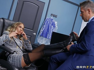 Office MILF gets intimate with a torrid business partner
